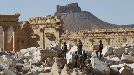 Des soldats de l'armée syrienne dans la vieille ville de Palmyre, après l'avoir reprise à l'Etat islamique le 1er avril 2016.