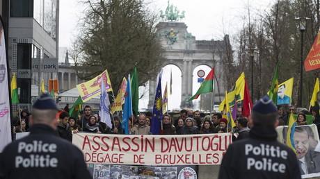 Des Kurdes brandissent une pancarte contre le Premier ministre turc Ahmet Davutoğlu lors du sommet Union européenne-Turquie à Bruxelles le 7 mars 2016.