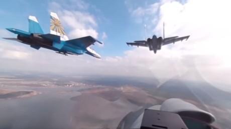 Vue à 360 degrés du cockpit d'un Su-27 russe qui prépare ses figures pour le défilé de la Victoire