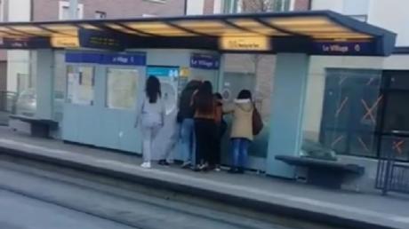 Capture d'écran d'une vidéo amateur de l'agression dans le tramway