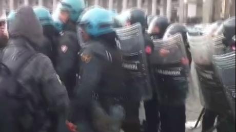 La visite inattendue de Matteo Renzi provoque de violents affrontements à Naples