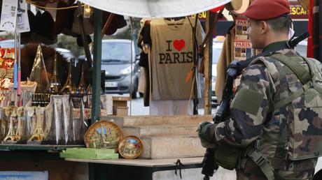 Un parachutiste sur la place du Trocadéro