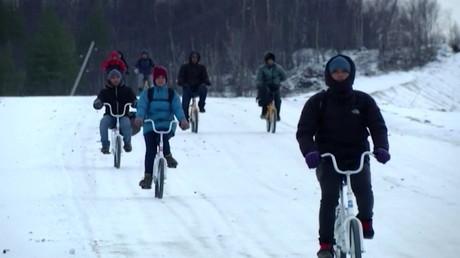 A fond les pédales : des réfugiés passent en Europe par la Russie à VELO !