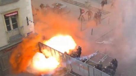 Rennes : des manifestants lancent de puissants engins explosifs sur les CRS (PHOTO, VIDEO)