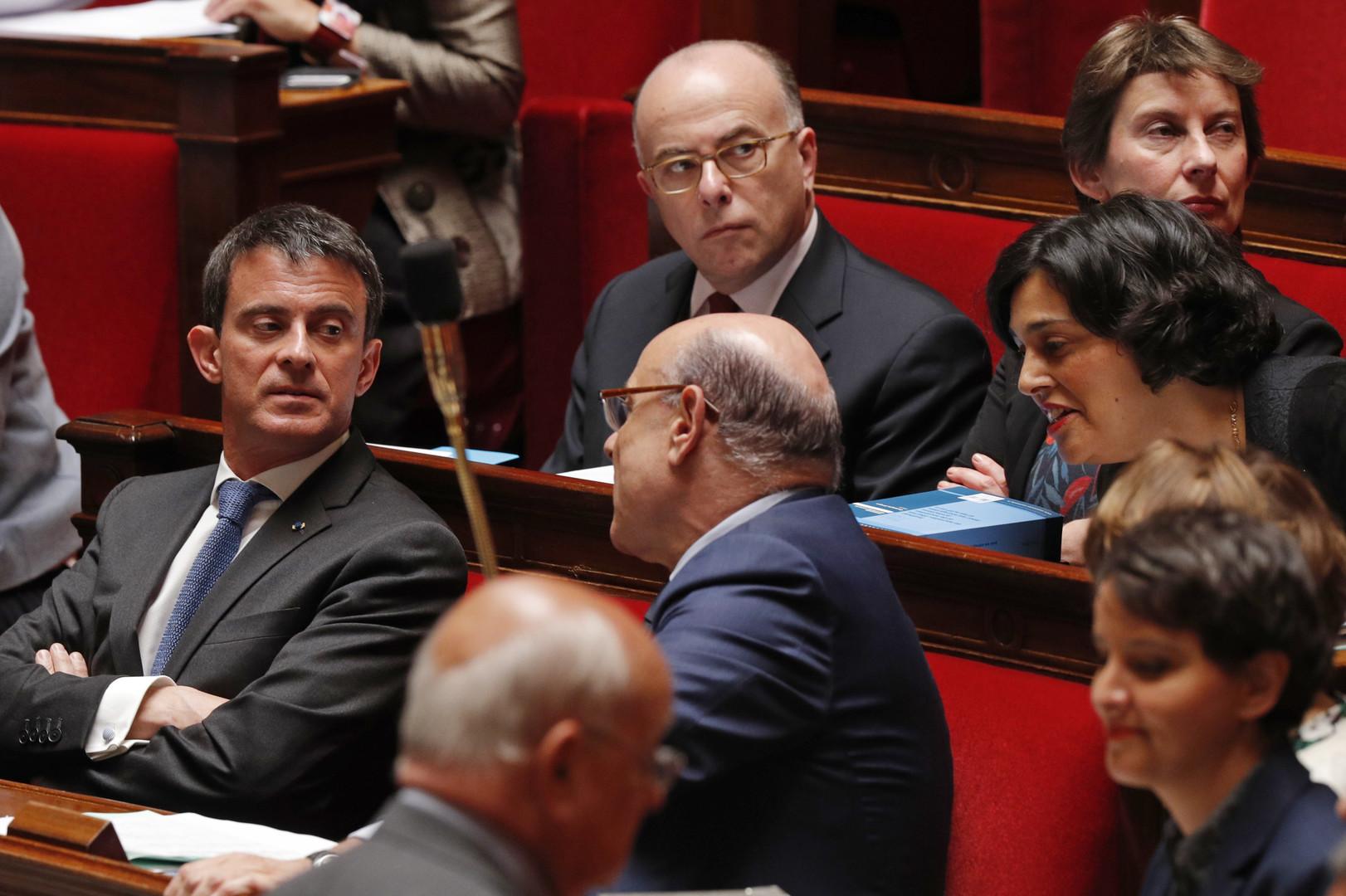 Le Premier ministre Manuel Valls en discussion avec le ministre des Relations avec le Parlement, Jean-Marie Le Guen et la ministre du Travail Myriam El-Khomri