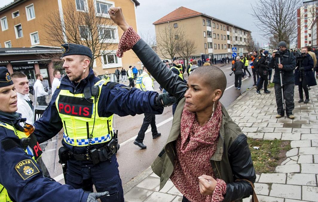 Le poing levé d'une femme face à un cortège de néo-nazis en Suède impressionne la toile