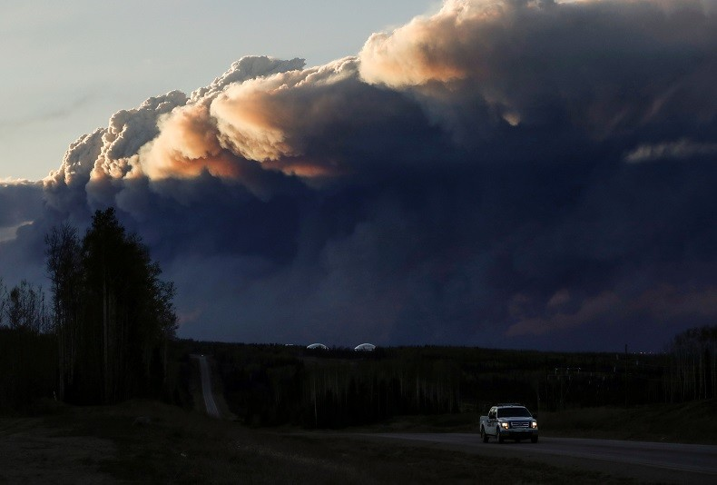 Au Canada, l'incendie continue de ravager les forêts, les foyers... et l'économie (IMAGES)