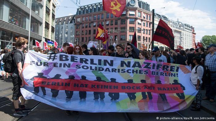 Pro et anti Merkel défilent dans les rues de Berlin (VIDEO)