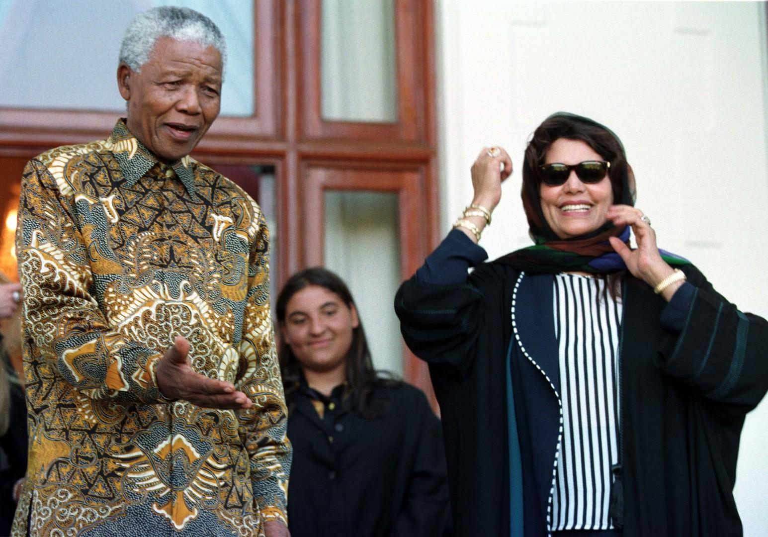 Safia Farkash Kadhafi en compagnie de Nelson Mandela lors d'une visite officielle de son mari, Mouammar Kadhafi. Le Cap, 1999.