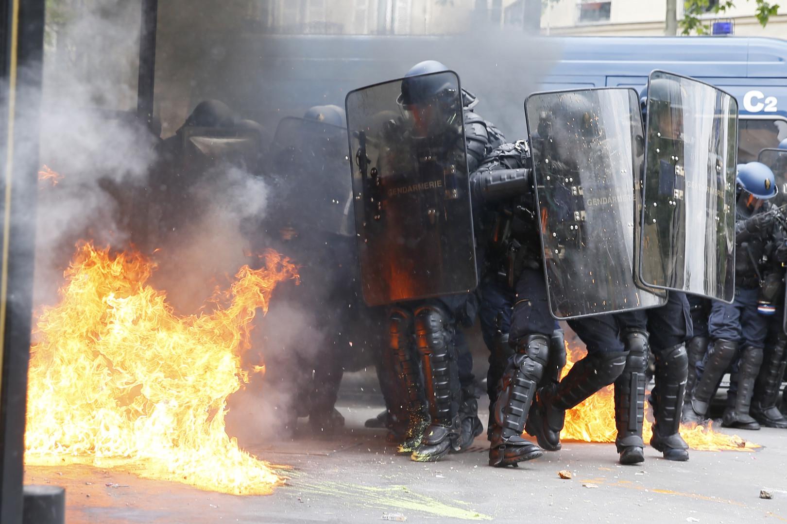 Les policiers ont reçu un cocktail molotov ce 17 mai à Paris
