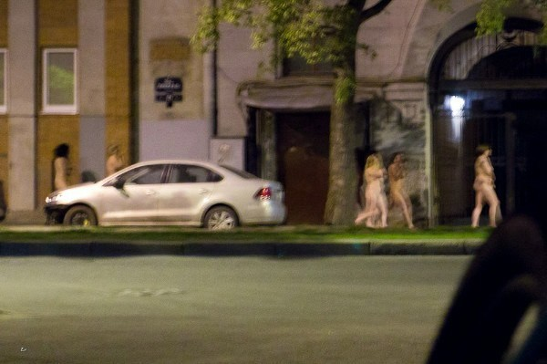 Un néonazi a fait défiler des prostituées nues dans les rues de Saint-Pétersbourg (PHOTOS)