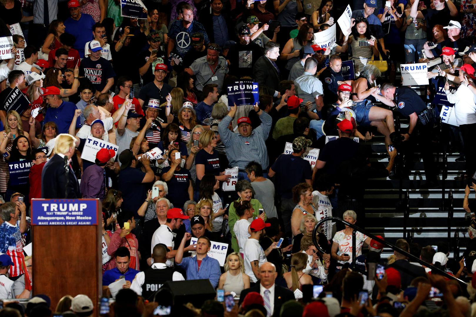 Donald Trump regarde ses opposants se faire évacuer