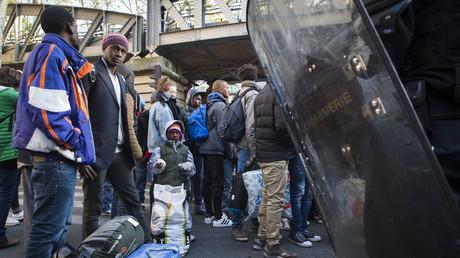 Plus d'un millier de migrants à nouveau évacués du campement Stalingrad à Paris (PHOTOS)