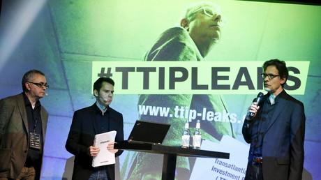 Conférence de presse de Juergen Knirsch, Volker Gassner et Stefan Krug membre de Greenpeace qui présentent ce 2 mai 2016 une copie du rapport des négociations sur le TAFTA à Berlin