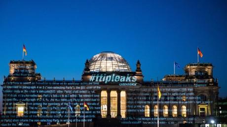 Greenpeace affiche les négociations du TAFTA en avant-première sur le Reichstag