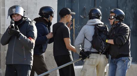 Un manifestant armé d'une barre de fer arrêté par des policiers de la brigade anti-criminalité