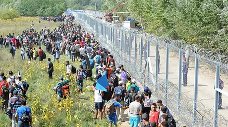 Depuis 2015, la Hongrie a construit deux murs à la frontière serbe et à la frontière croate pour faire face à l'afflux de migrants. D'autres murs ont été construits ou sont en construction aux frontières slovènes, grecques et bulgares.