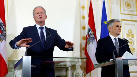 Le nouveau chancelier intérimaire, le conservateur Reinhold Mitterlehner, accompagné de son prédécesseur, le social-démocrate Werner Faymann