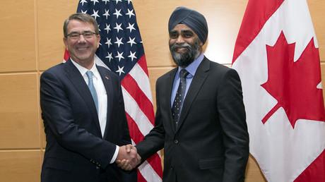 Harjit Sajjan en compagnie du Secrétaire à la Défense américain Ashton Carter