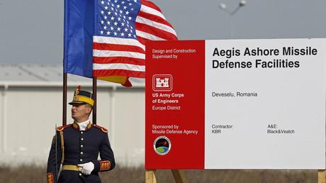 Un soldat roumain assite à la cérémonie d'ouverture du site américain de défense antimissile Aegis à Deveselu
