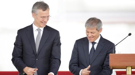 12 mai 2016 : Le secrétaire général de l'OTAN Jens Stoltenberg et le Premier ministre roumain Dacian Ciolos lors de l'inauguration de la base aérienne Deveselu en Roumanie.