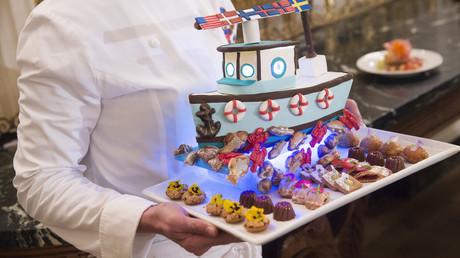 La chef de la Maison Blanche Susie Morrison tient un dessert représentant un bateau de pêche confectionné à l'occasion d'un dîner d'Etat organisé en l'honneur des pays nordiques, 12 mai 2016