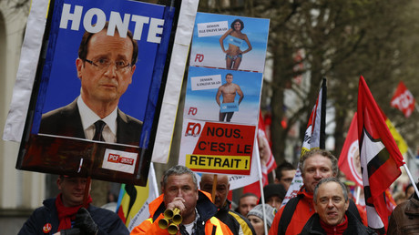 Membres de la CGT avec un portrait du président français François Hollande lors d'une manifestation à Lille.