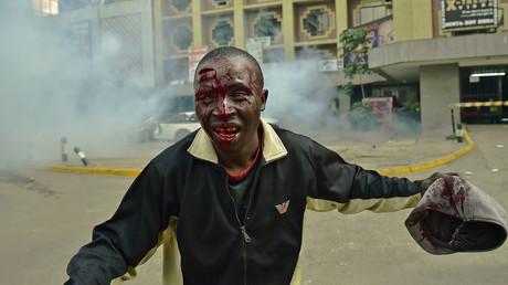 Un manifestant ensanglanté à Nairobi, capitale du Kenya, ce lundi 16 mai