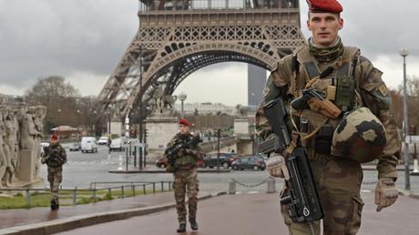 Des parachutistes de l'armée française patrouillent près de la Tour Eiffel