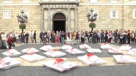 Nus, saignants et sous cellophane : une performance qui invite à la réflexion à Barcelone