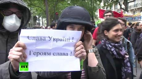 L'équipe de RT harcelée par des nationalistes ukrainiens  à Paris (VIDEO)
