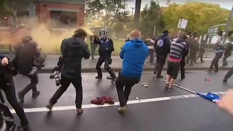 Australie: violents affrontements entre militants anti-immigration et anti-racistes (VIDEO)