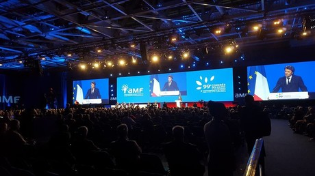 Avant de donner la parole au président de la Commission européenne, Jean-Claude Juncker, c'est le président de l'Association des maires de France, François Baroin, qui s'est exprimé sur la scène de l'auditorium