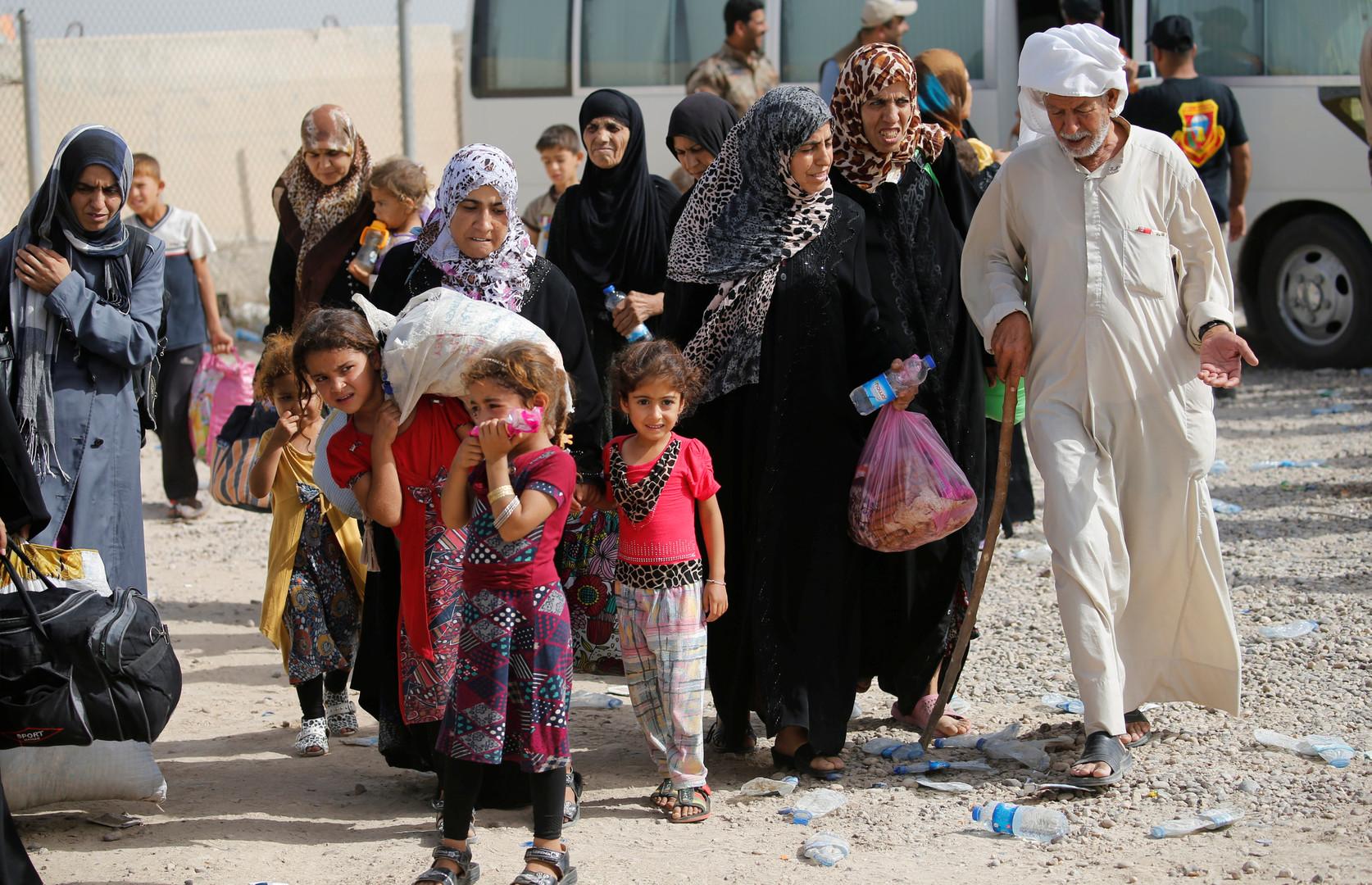 Des civils qui fuient les combats dans le sud de Falloujah