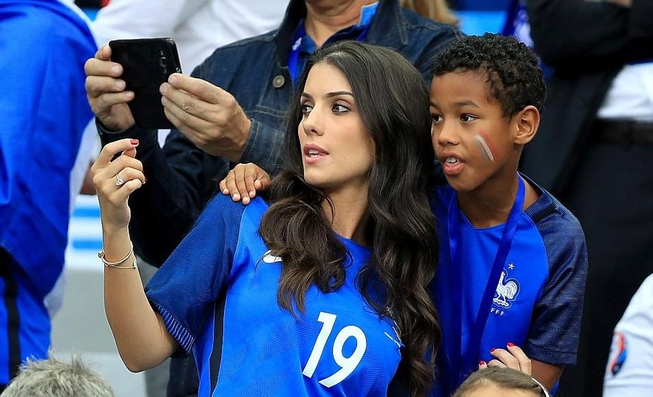 Les meilleurs supporters français : les femmes des joueurs encouragent leurs maris à Saint-Denis