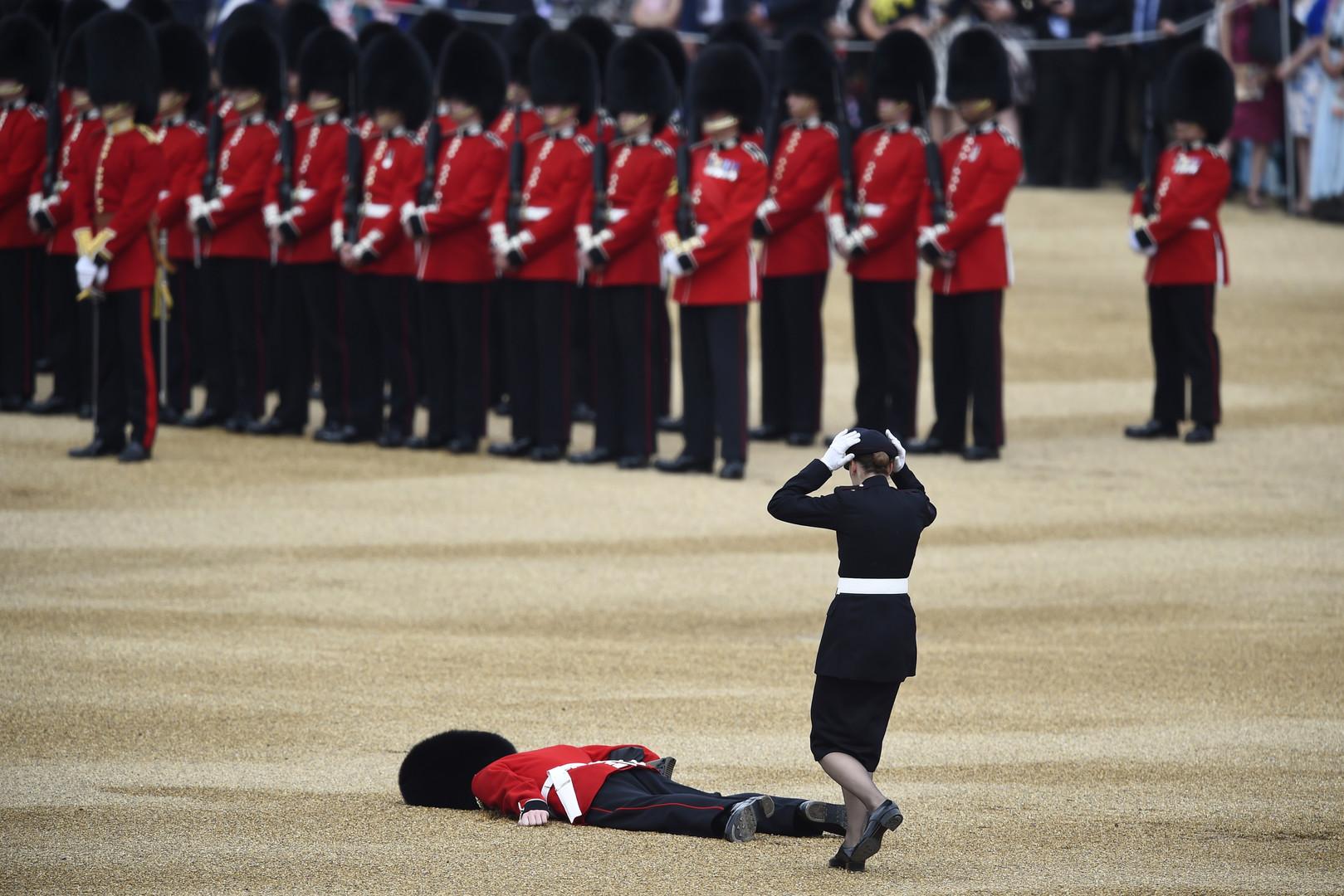 Oh my god! Un garde royal anglais s'effondre lors de l'anniversaire de la reine
