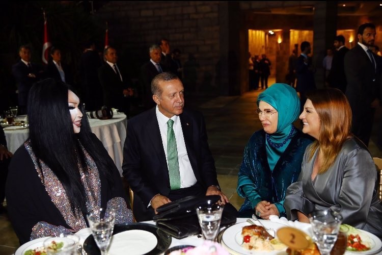 Après la répression d'une manifestation LGBT, Erdogan prend son dîner avec...une diva transsexuelle