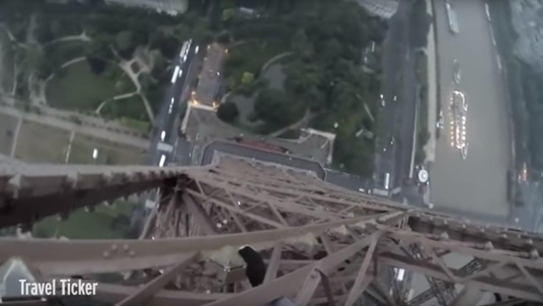 Des casse-cous russes escaladent la Tour Eiffel sans équipement de sécurité (VIDEO CHOC)