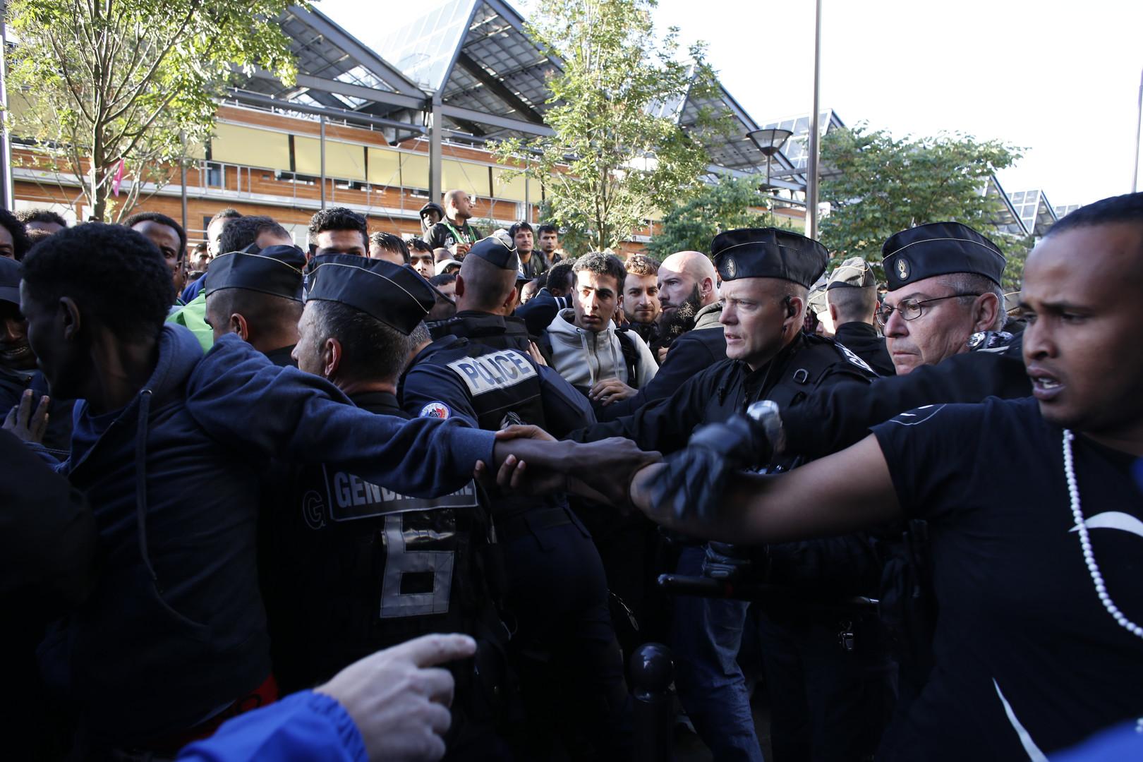 Evacuation de centaines de migrants à la halle Pajol de Paris (PHOTOS)