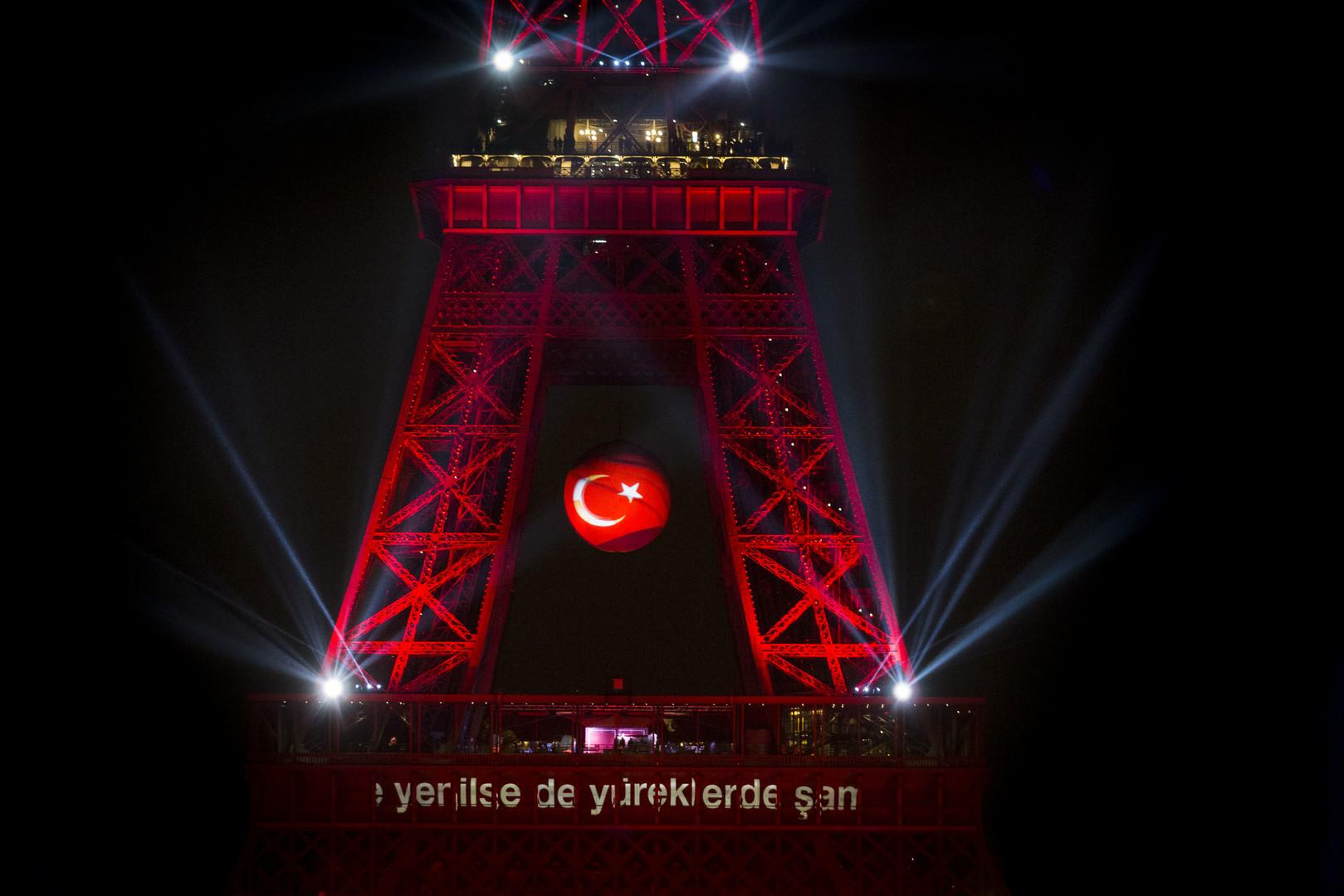 La Tour Eiffel aux couleurs de la Turquie, le 12 juin, lors du premier tour de l'Euro 2016