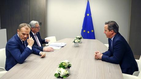 Le Premier ministre britannique David Cameron (droite) rencontre le président du Conseil européen Donald Tusk (gauche) et le président de la Commission européenne Jean-Claude Juncker (centre) pour discuter du Brexit à Bruxelles, le 19 février 2016
