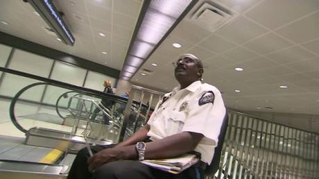 Yousouf Abdi Ali dans l'aéroport de Washington-Dulles