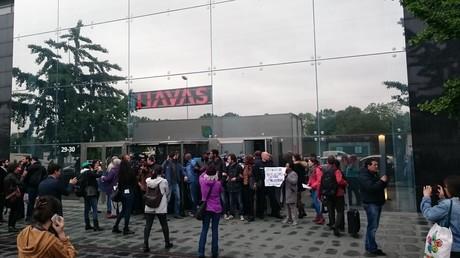 Manifestation devant le siège du groupe à Puteau