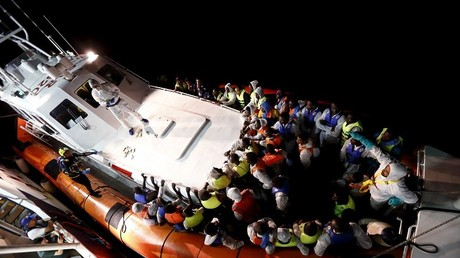 Des migrants à bord d'un canot de sauvetage sur l'île italienne de Lampedusa