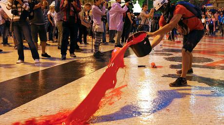 Des manifestants jettent des seaux de peinture sur la place centrale de Skopje, la capitale de la Macédoine, le 6 juin 2016.