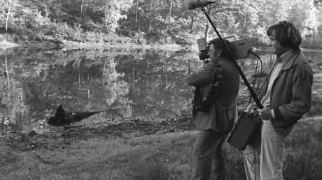 Des journalistes filment l'étang où Robert Boulin a été retrouvé mort en 1979