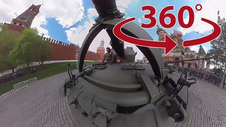 Des images panoramiques vous transportent sur la Place Rouge, où défilent les blindés russes