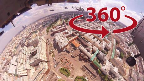 Vidéo à 360 degrès : un hélicoptère russe MI-8 survole la Place Rouge à Moscou