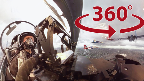 Les images panoramiques de l'intérieur de l'avion de combat russe Su-27
