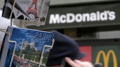 Le collectif des «Indignés de McDonald's» bloquent le restaurant de la fan zone à Paris